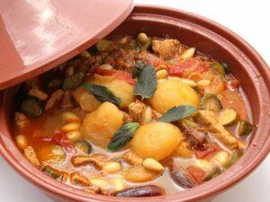 在传统民宿品尝美食